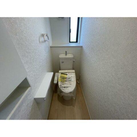 1階トイレ。リビングとは離れていますので、ゆったり使えます。