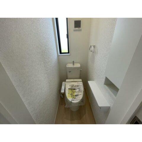 2階トイレ。2階のどの部屋からもちょうどいい中央に配置しています。